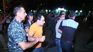 Ezrek tüntettek szombatra virradóra is Jerevánban