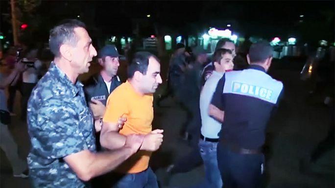 Ermenistan polisi rehine eylemini destekleyenleri dağıttı