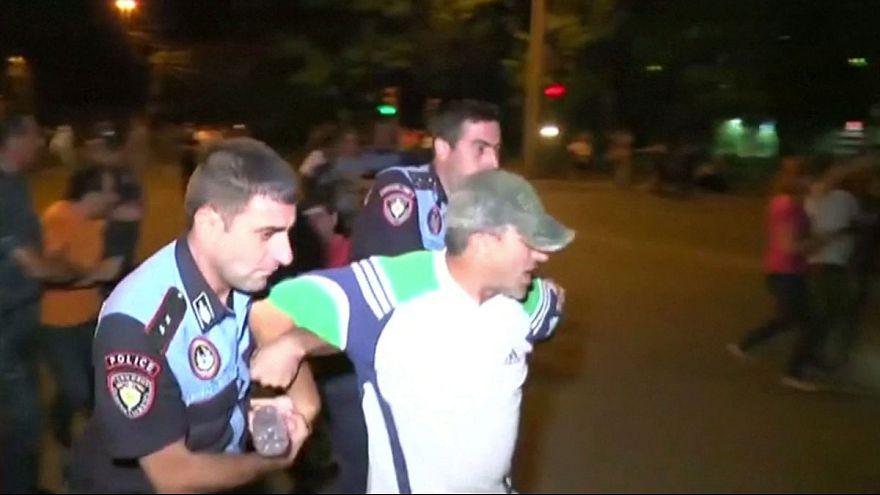 Oppositionsproteste in Armenien: Besetzer einer Polizeistation töten offenbar erneut Polizisten