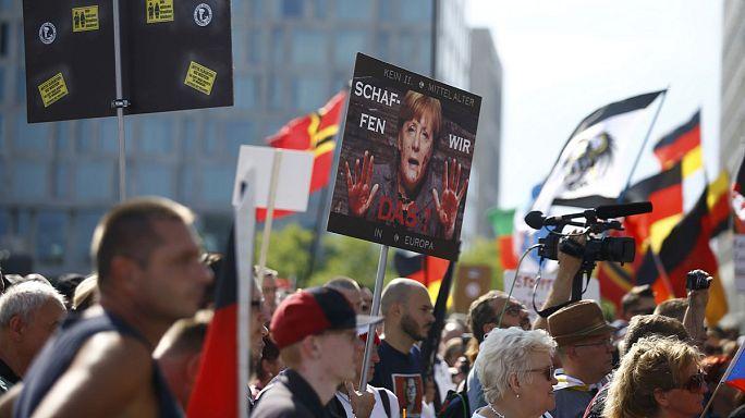 Almanya: Göçmenlere karşı olan aşırı sağcılar Merkel'i protesto etti