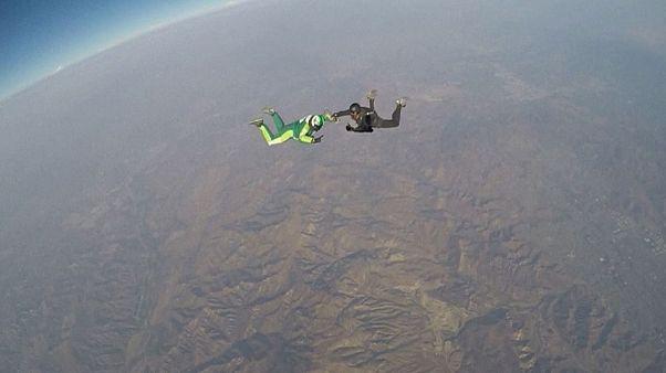 7600 metreden paraşütsüz atladı