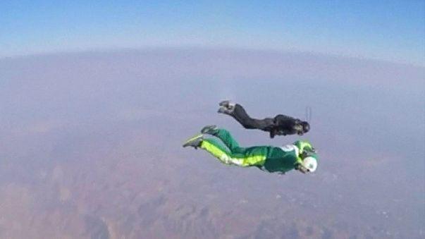 Salto nel vuoto senza paracadute: la storica impresa di Luke Aikins