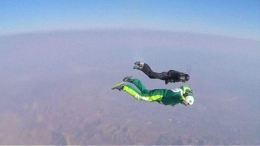 Skydiver springt sieben Kilometer ohne Fallschirm in die Tiefe