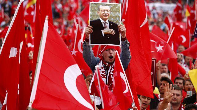 Hatalmas Erdogan-párti felvonulás Kölnben