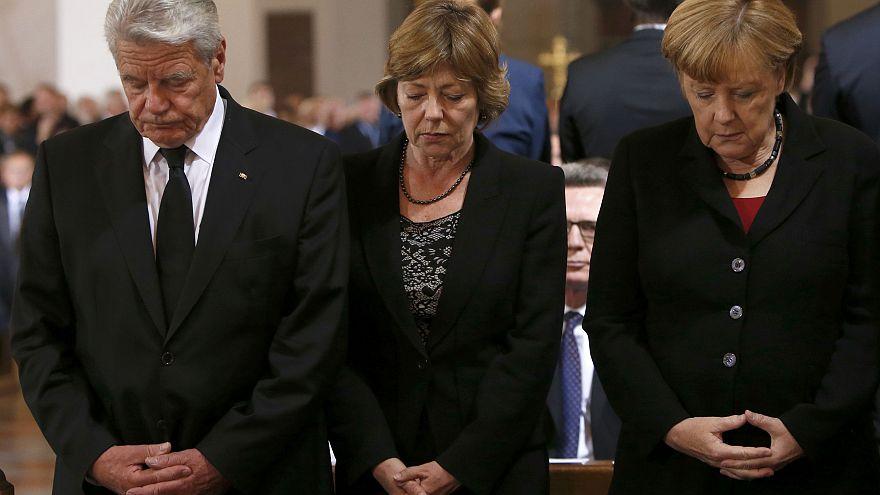 Presidente alemão e Angela Merkel juntos em memória das vítimas do tiroteio de Munique