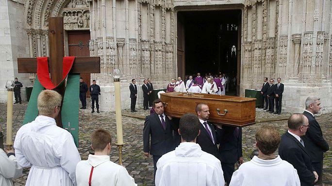Fransa'da öldürülen rahip toprağa verildi