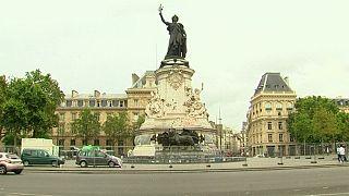 París retira las pintadas de la plaza de la República