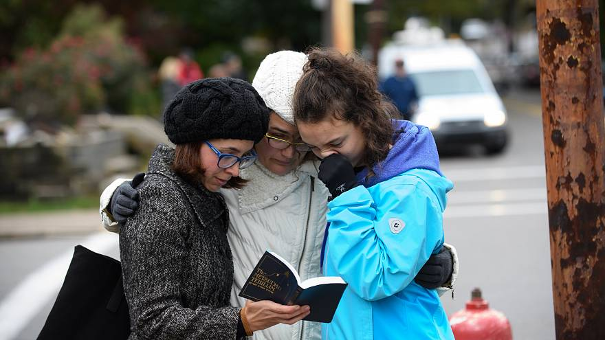 Image: Tammy Hepps, Kate Rothstein and her daughter, Simone Rothstein pray