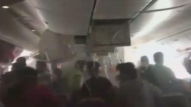 فيديو جديد يظهر ركاب الطائرة الإماراتية يبحثون عن أمتعتهم قبل إجلائهم