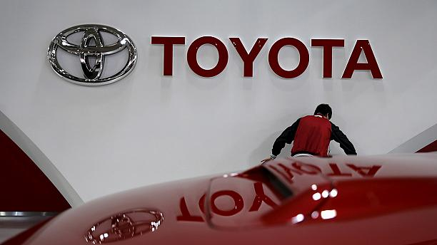 Strong yen prompts Toyota profit warning