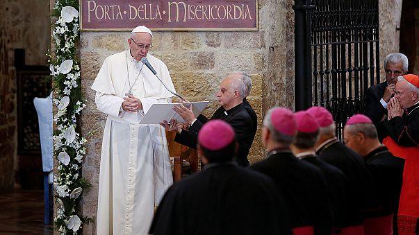 Papa Francesco ad Assisi: il mondo ha bisogno di perdono, troppi covano odio e rancore