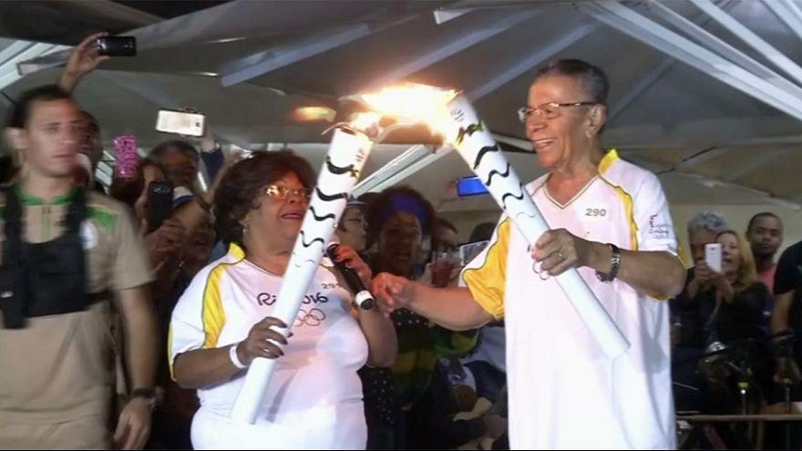 La flamme olympique oscille au rythme de la samba