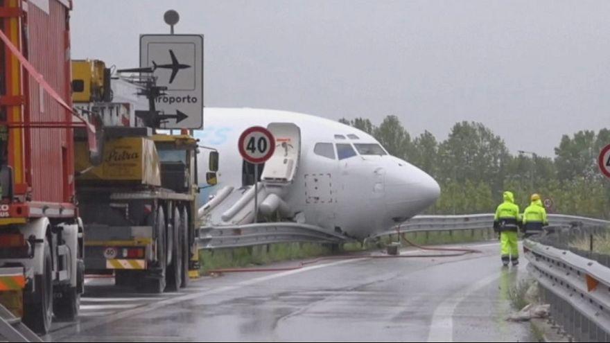 Avião de carga da DHL invade estrada adjacente a aeroporto italiano