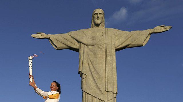 Олимпийский огонь — у подножия статуи Христа