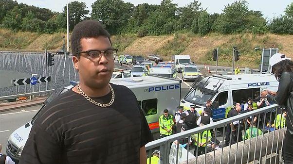 Lebetonozták magukat a tüntetők az Egyesült Királyságban
