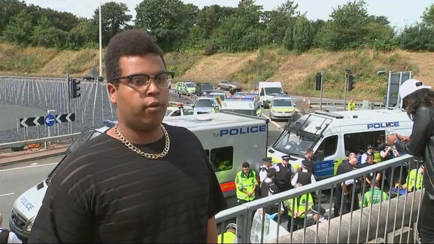 Активисты движения за права темнокожих блокировали дороги в Великобритании