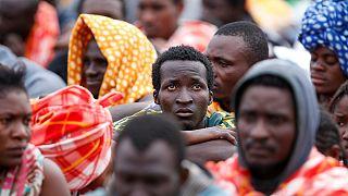 Des migrants franchissent la frontière de Menton