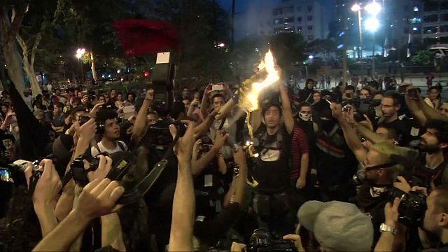Olimpiyatlar'a kızıp kendi bayraklarını yaktılar