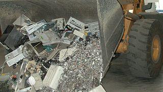 Le business du recyclage des téléphones portables au Niger