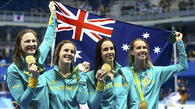 سباحات أستراليا يحصدن الذهب في منافسات 100x4متر حرة