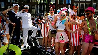 Farbenfrohe Gaypride-Parade auf den Kanälen von Amsterdam