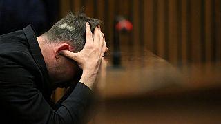 Pistorius se blesse aux poignets en tombant de son lit ?