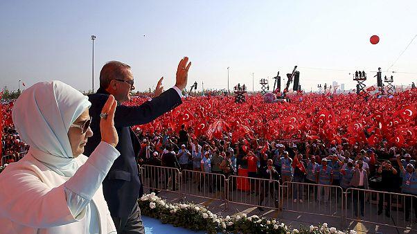 Marea roja en Estambul: una enorme multitud arropa a Erdogan en un mitin contra la intentona golpista del 15 de julio
