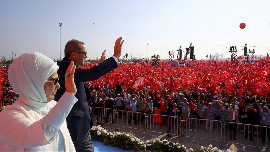 """حشدهائل في تجمع """"الديمقراطية والشهداء""""و اردوغان يلمح باعادة عقوبة الاعدام في تركيا"""