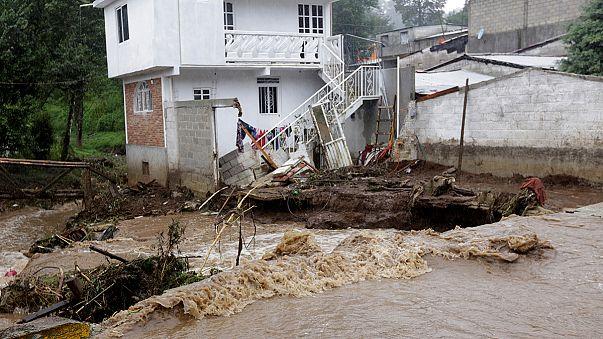 Mexikó: halálos földcsuszamlások