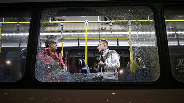 Un autobús con periodistas recibe varios impactos en Rio de Janeiro