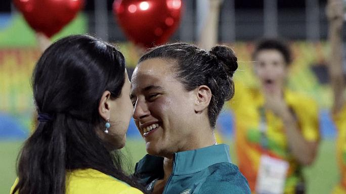 """Una jugadora de rugby da el """"sí quiero"""" a una voluntaria en la ceremonia de entrega de medallas"""