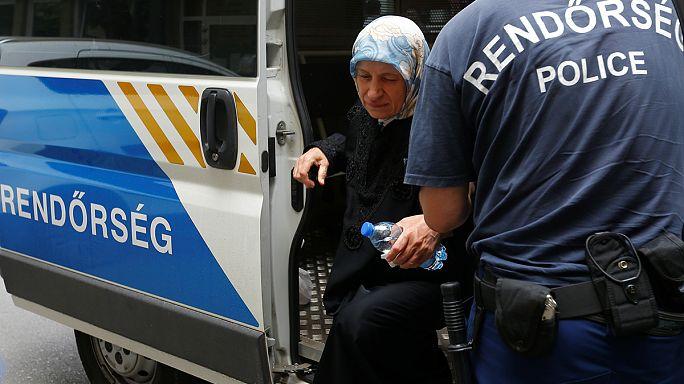 33 menekült az embercsempész kisbuszában Tolnánál