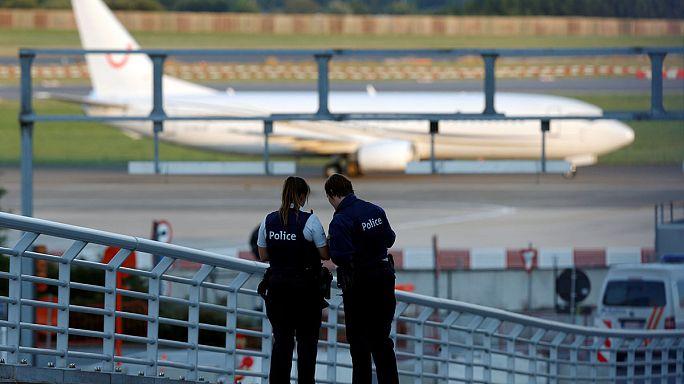 Brüksel'e inen uçakta bomba ihbarı paniğe yol açtı