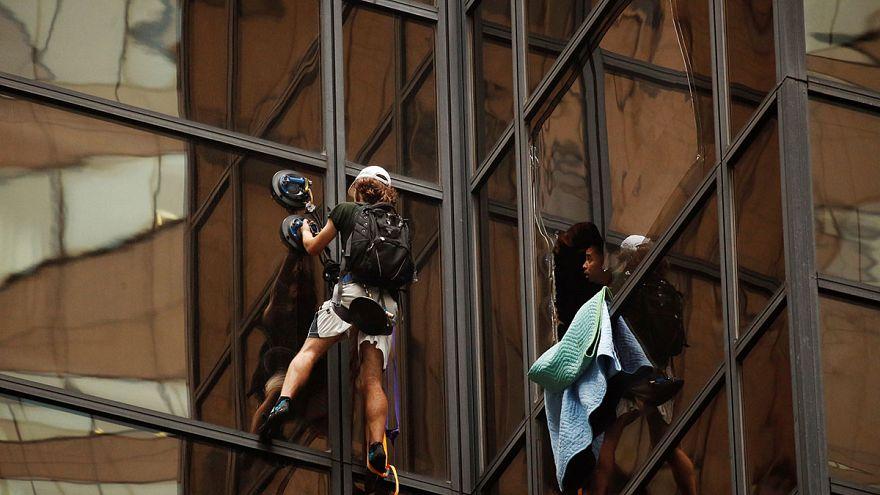 Mann klettert am Trump Tower hoch