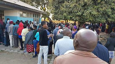 Zambia Elections 2016: Voters brave the cold to cast their ballots