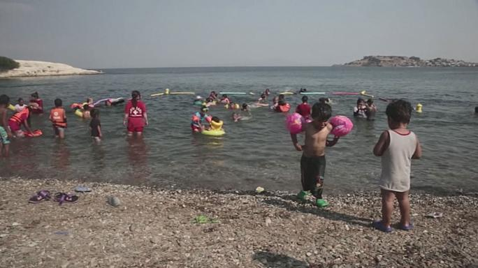 دروس لتعليم السباحة للأطفال اللاجئين في اليونان