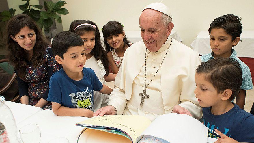 El papa Francisco comparte su mesa con 21 refugiados sirios