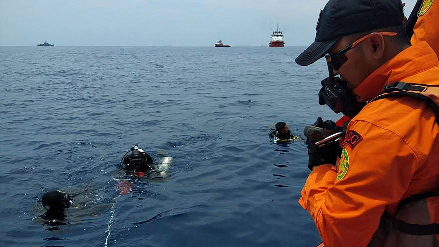 Image: Rescue personnel searching the waters for wreckage from Lion Air fli