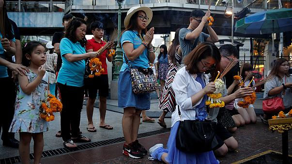 Thailand mourns as police hunt for bomb blast suspects
