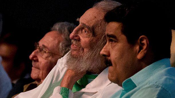 فیدل کاسترو پس از مدتها به مناسبت جشن تولد خود در انظار عمومی ظاهر شد