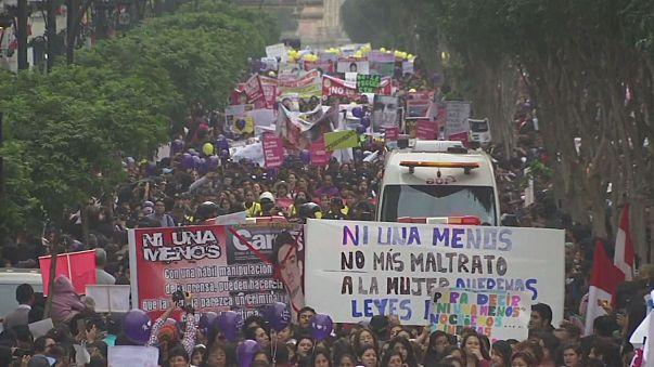 مظاهرة ضخمة لنبذ العنف ضد المرأة في البيرو