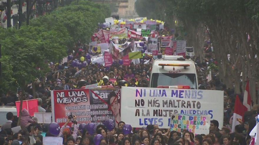 Multitudinaria marcha en Perú para rechazar la violencia contra las mujeres