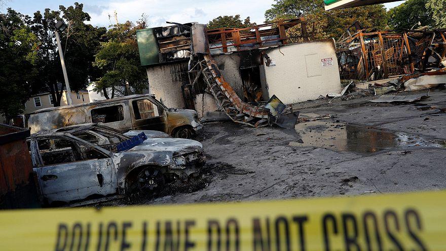 Nach tödlichen Schüssen auf Schwarzen: US-Behörden verteidigen Polizisten