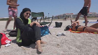 """Guerra ao uso do """"burkini"""" acentua-se nas praias de França"""