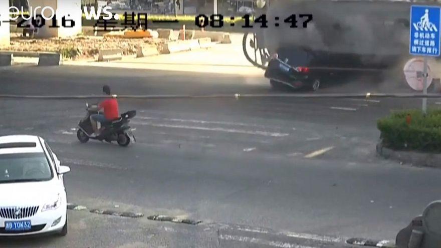 [شاهد] نجاة شخصين بأعجوبة بعد اصطدامهما بشاحنة لنقل الإسمنت