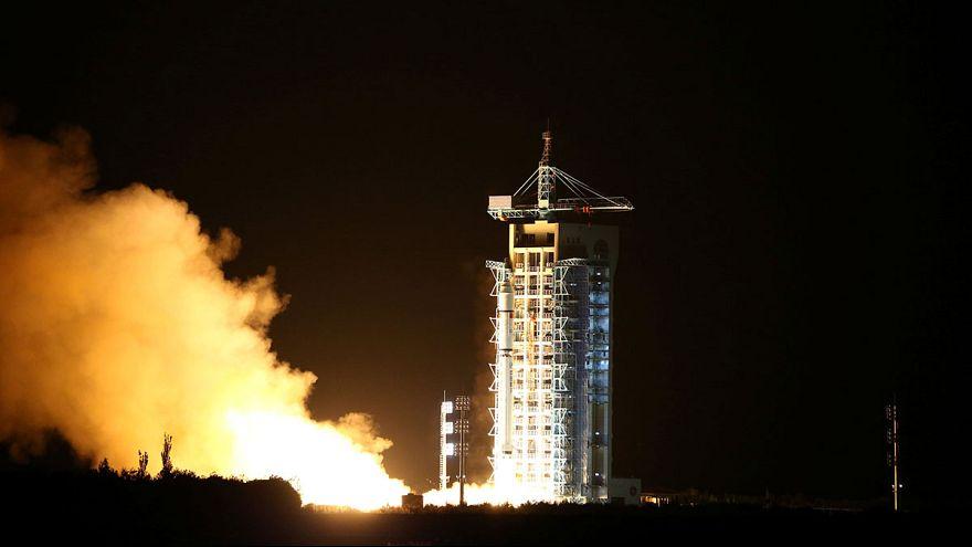 China lanza el primer satélite de comunicaciones cuántico de la historia
