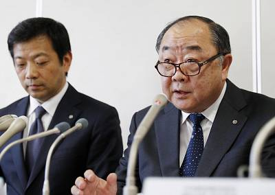 Toshinori Shin, right, general manager of Japan Airlines Co.\'s Flight Operations Division, speaks at a press conference in Tokyo on Nov. 1, 2018, about a JAL pilot being detained by British police for drinking alcohol before a flight from London to Tokyo.