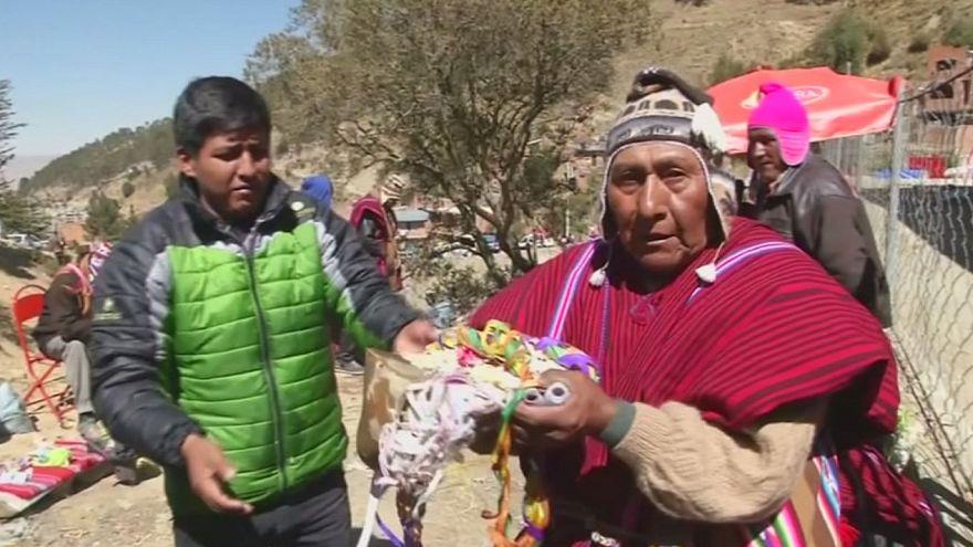 Bolívia: Devotos da Virgem de Urkupina partem pedra em homenagem à santa