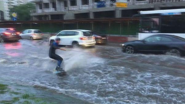 موج سواری در خیابانهای سیلزده مسکو