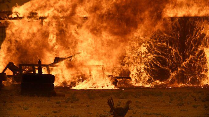 """إجلاء أكثر من 82 ألف شخص في """"كاخون باس"""" في كاليفورنيا بسبب الحرائق"""